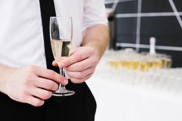 シャンパンのグラスを抱きかかえた