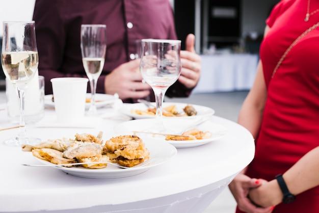 テーブルの上の食べ物と飲み物のミックス