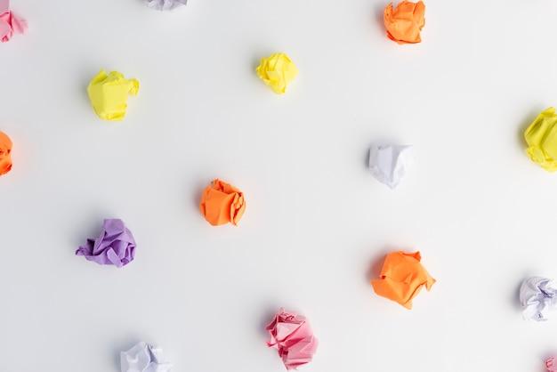 Красочный мятый бумажный шарик на белом фоне