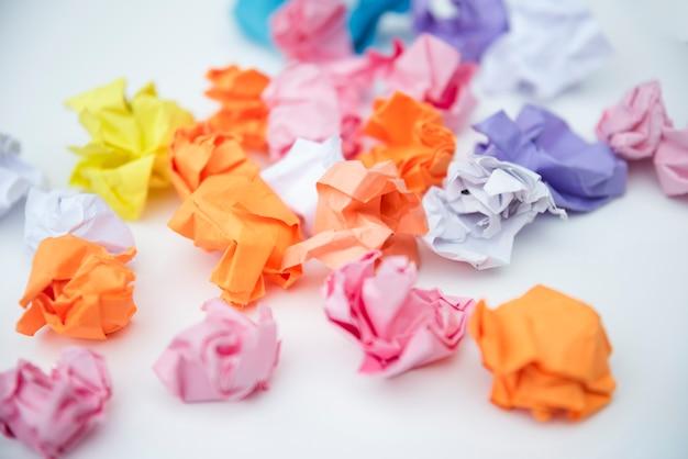 Разбросанные мятую бумагу на белом фоне