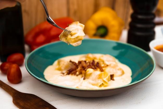 プレートの味イタリアのラビオリパスタのクローズアップ