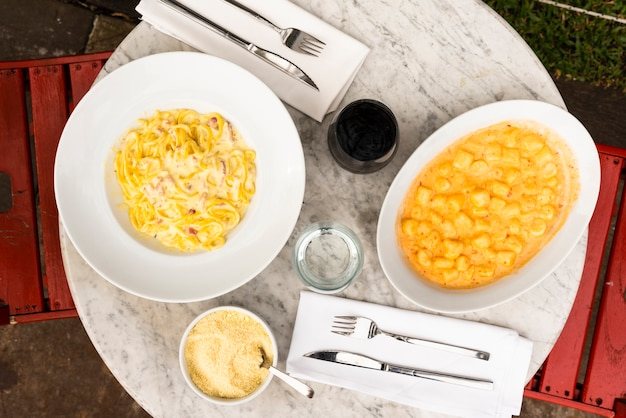 レストランの大理石のテーブルでイタリアのパスタ料理を提供