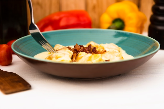 パルメザンチーズと自家製のおいしいラビオリパスタのクローズアップ