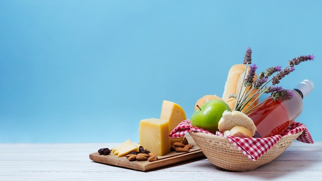 Корзина с вкусностями и лавандой с синим фоном