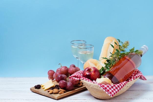 正面の健康的なピクニックグッズ、青色の背景色