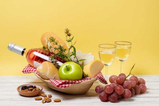 木製のテーブルの正面の健康的なピクニックグッズ