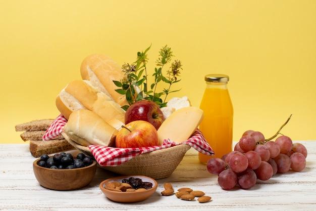 木製のテーブルに健康的なピクニックグッズ