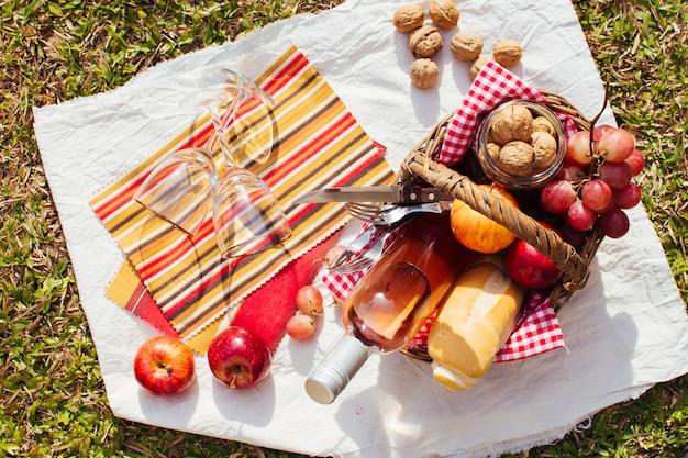 ピクニックの準備ができてのグッズがいっぱい入ったかご