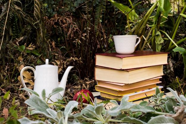 フロントビュー秋の季節のアレンジメント、書籍とティーポット