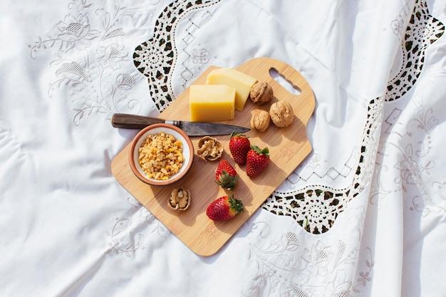 Пикник на деревянной разделочной доске