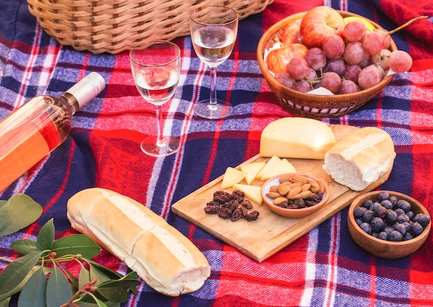 ピクニック毛布の上の高角度の食事
