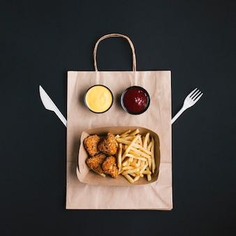 紙袋の上に食べ物とトップビューアレンジメント