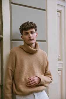 カジュアルな服装のポーズで若い男