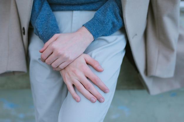 手をポーズカジュアルな服装を持つ人
