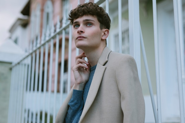 カジュアルな服装の思考の若い男