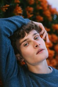 深刻なポーズの若い男性モデル