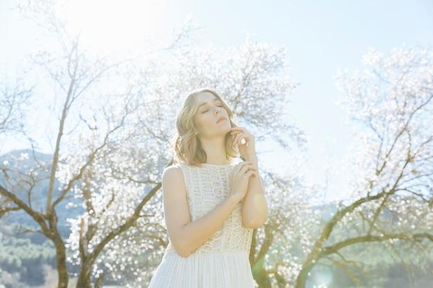 若い女性が日光の下でポーズ