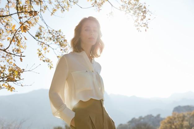 日光の下で若い女性のシルエット