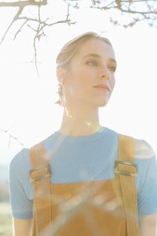 日光の下で明るい若い女性