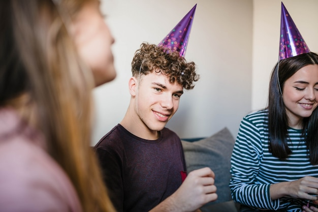 Группа друзей, празднование дня рождения