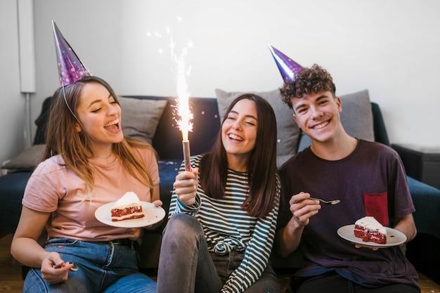 Друзья вид спереди празднуют день рождения