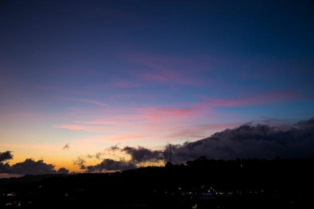 日没時に美しい風光明媚な自然の景色