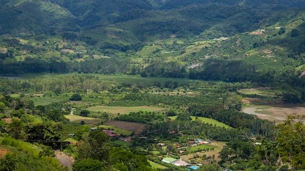 Вид на сельскую местность с холмом и горой в коста-рике