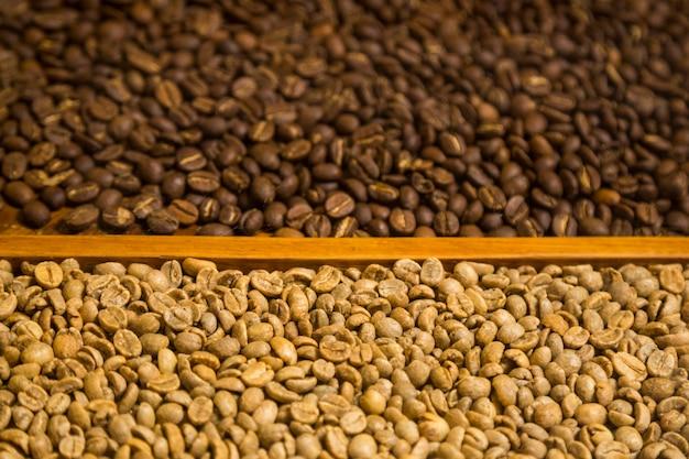 Крупным планом два типа кофейных зерен фона