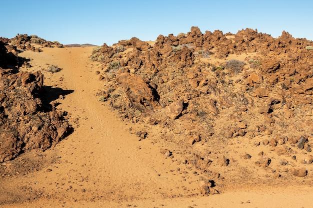 澄んだ空と砂漠の風景