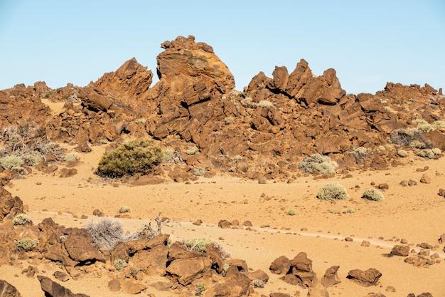青い空と岩が多い砂漠の風景