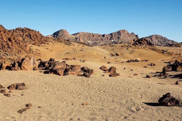 Сухой рельеф пустыни с чистым небом