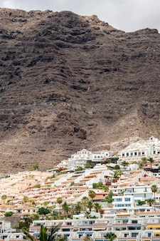 Красивый курорт с фоном скалы