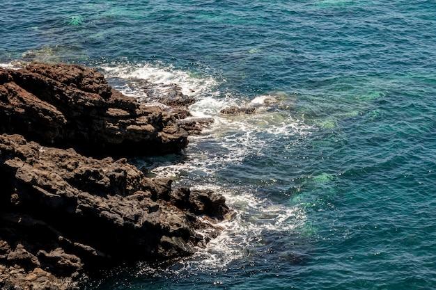 ターコイズブルーの海と岩の多い海岸