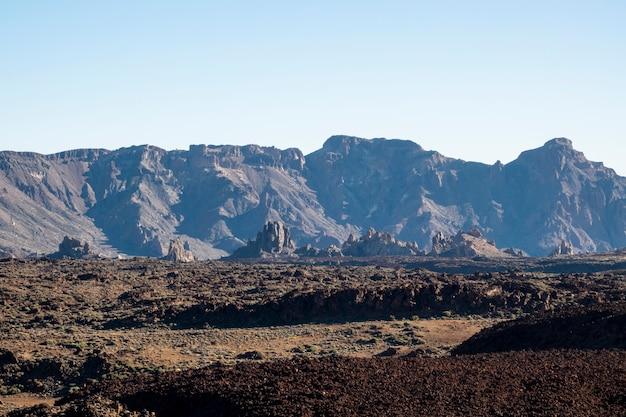 澄んだ空と高さの岩の風景