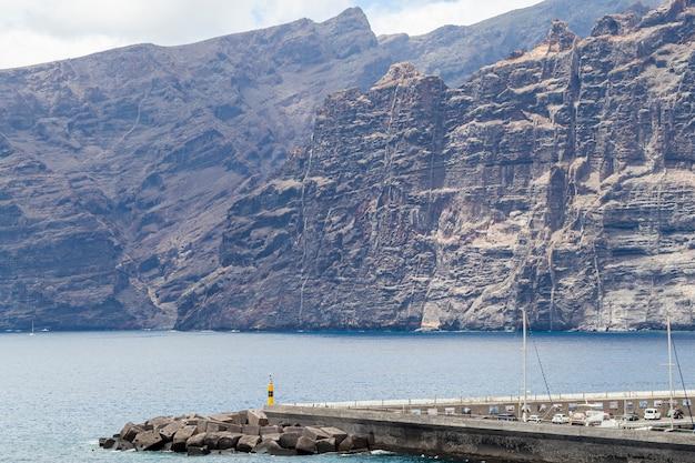 晴れた日に海と巨大な崖