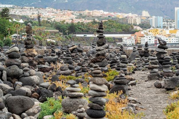 背景に都市と石の山