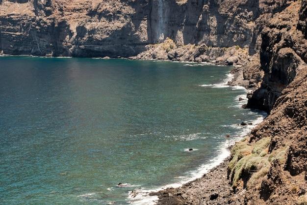 背景に崖と澄んだ青い水