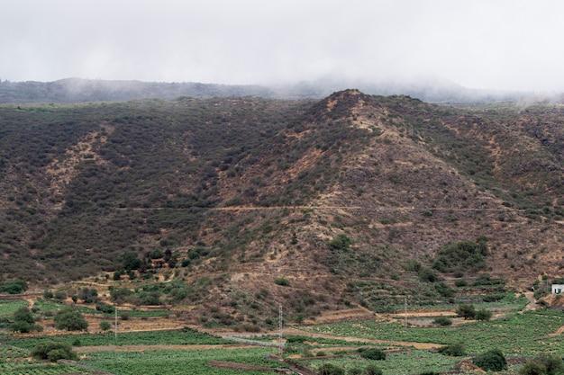 Высокая вершина горы в облаках