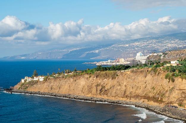 高角度のビューの海岸の崖