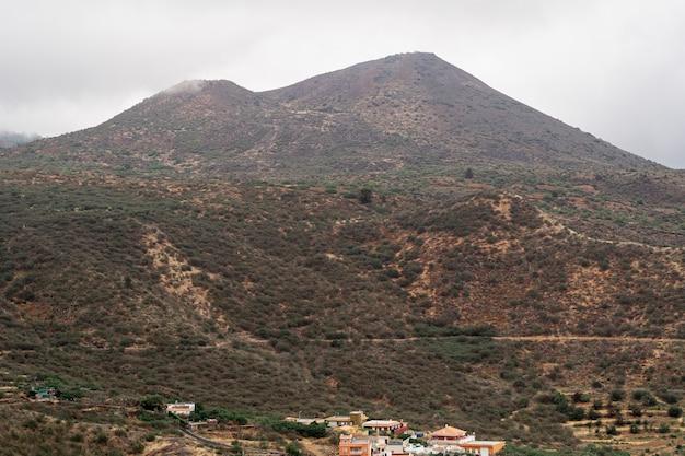 曇りの日の高い丘