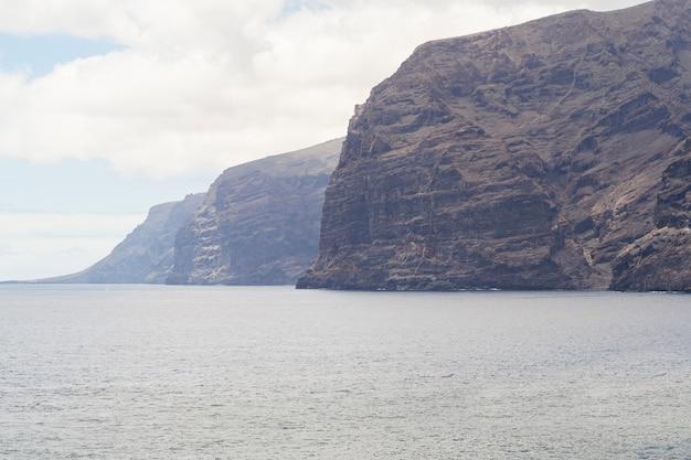 曇り空と岩が多い沿岸