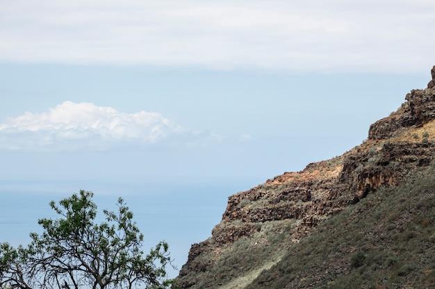 背景に雲と山