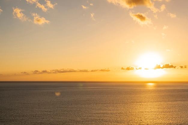 海沿いのカラフルな夕日