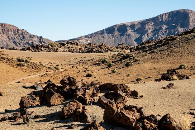 明確な空と岩の谷