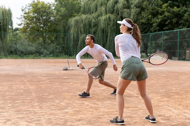 Целенаправленная пара играет в теннис