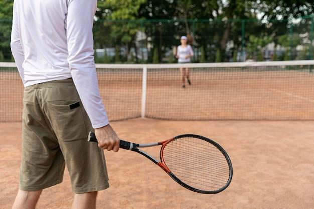テニスコートでカップル