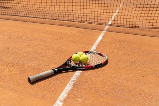 Высокий вид теннисные мячи на ракетке