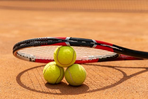 Макро ракетка над теннисными мячами