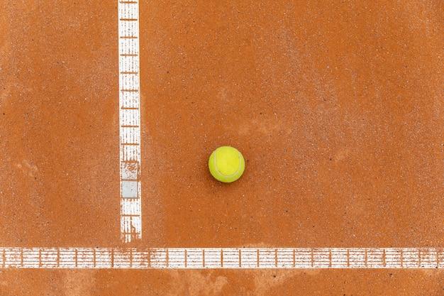 裁判所の地面にトップビューテニスボール