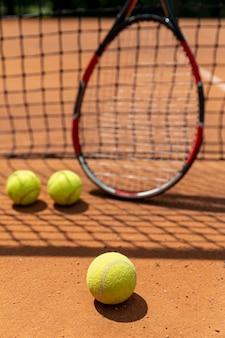 Ракетка с теннисными мячами